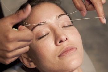 брови с помощью шелковой нити