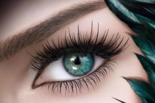 зеленый глаз с длинными ресницами