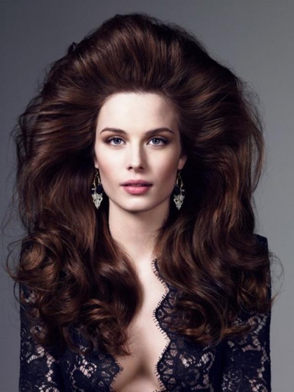 Прически на средние волосы с объемом