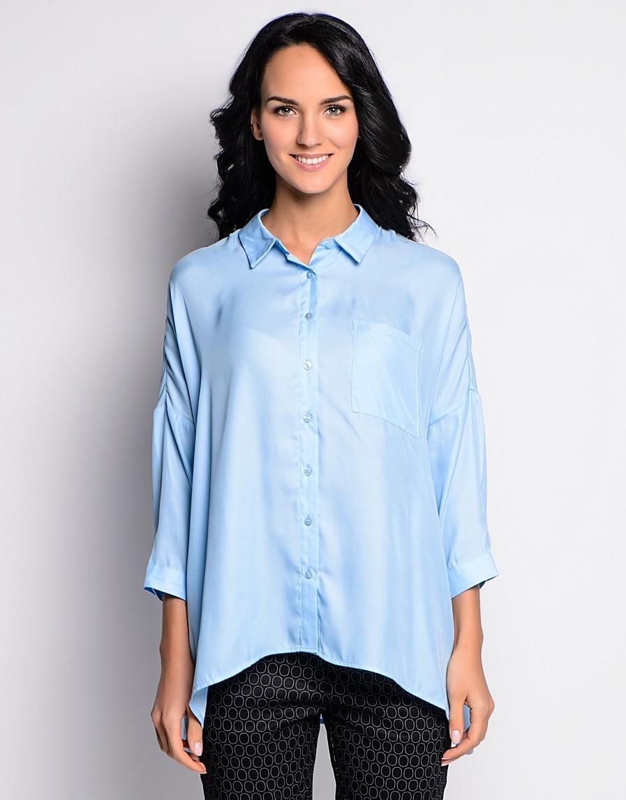 Нежно-голубая рубашка свободного кроя