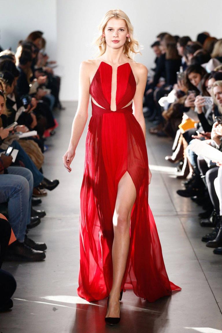 Красное платье с большим разрезом
