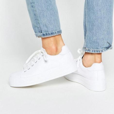 35c188ca Белые низкие кеды и кроссовки считаются классикой жанра и отлично  сочетаются с юбками, кукольными платьицами беби-долл и даже с деловыми  костюмами.