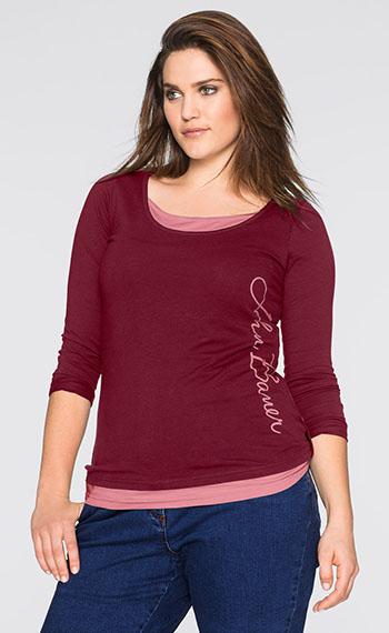 Бордовая футболка с надписью