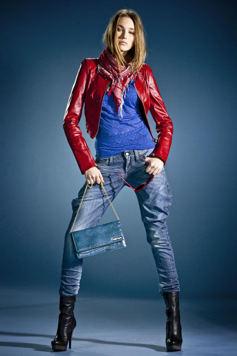 Красная лаковая куртка