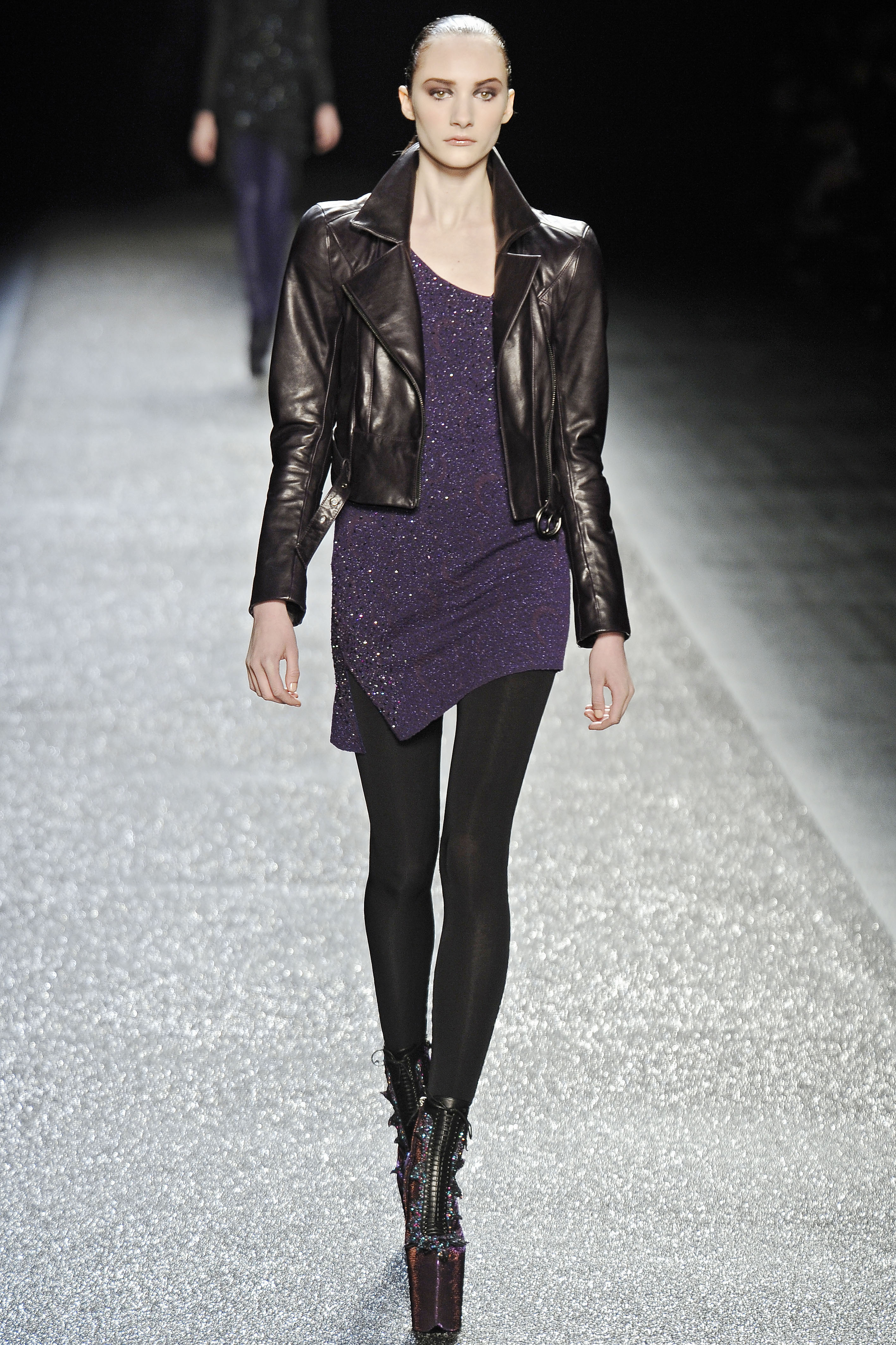 Укороченная курточка черного цвета