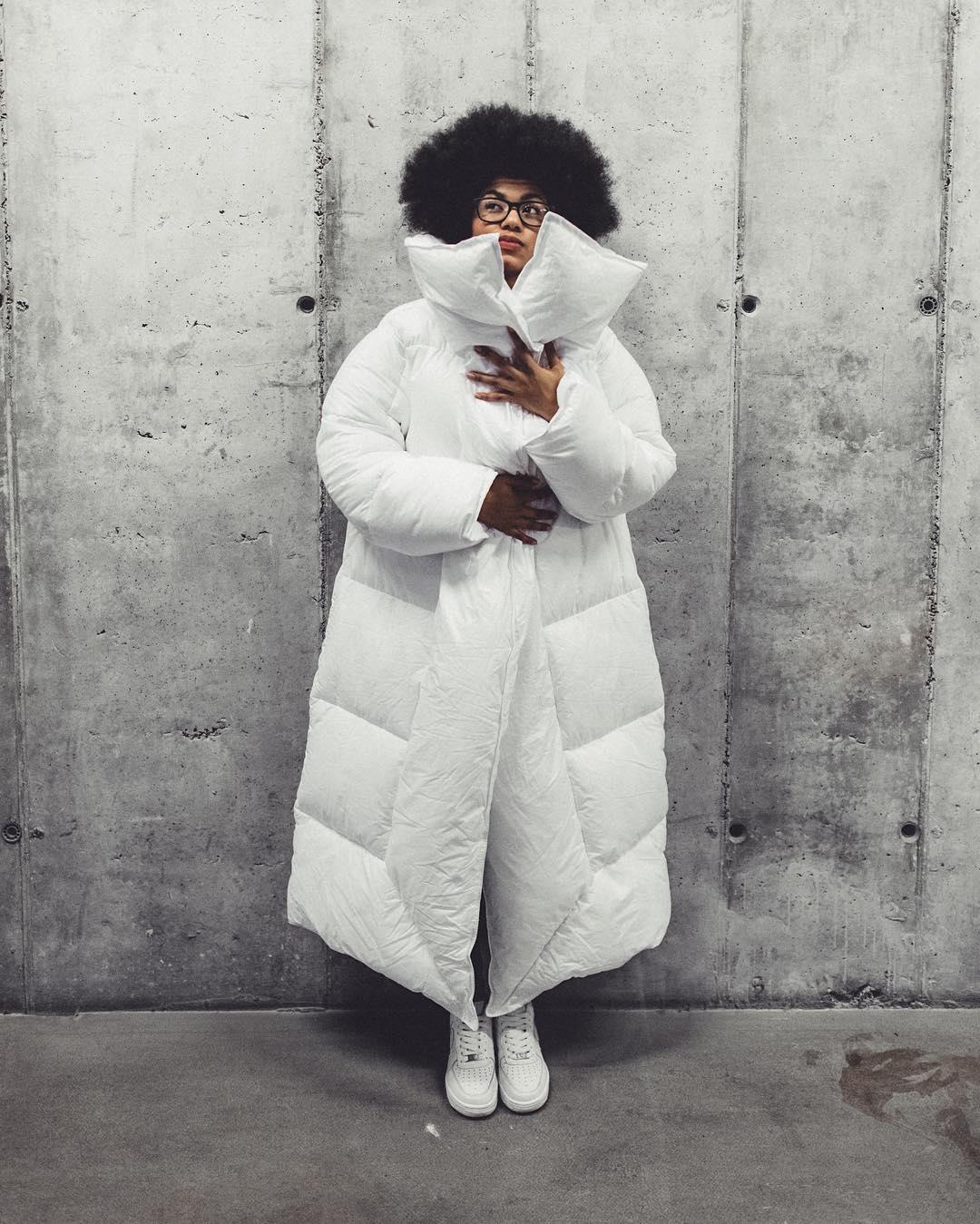 Белая объемная куртка