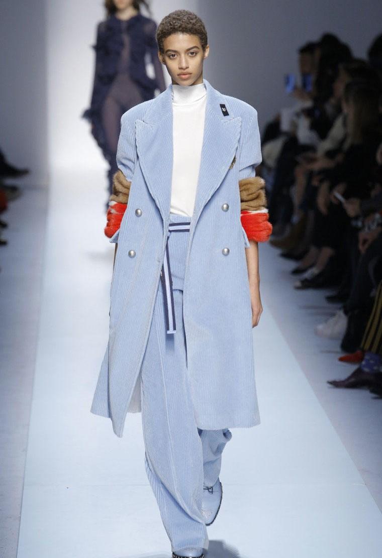 Нежно-голубое пальто
