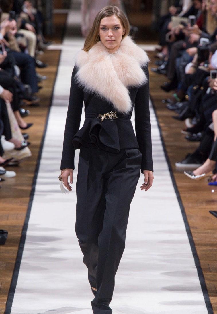 Черное пальто с меховым воротом